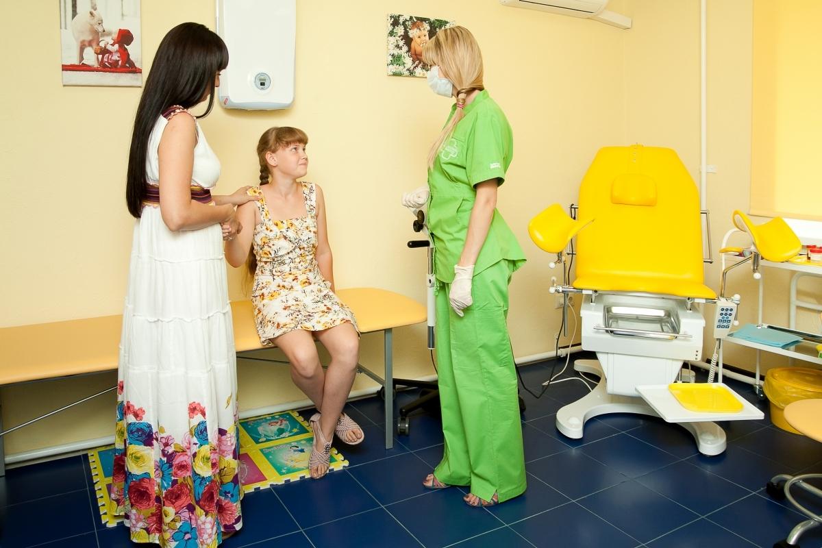 Молодая брюнетка с маленькими сиськами распахнула киску на приеме у гинеколога  342960